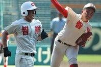 胴上げ投手となった中西(右)は今年のドラフトでも注目の存在になりそう。渡部(左)も来年のドラフトの目玉になり得るかも? 写真:塚本凛平(THE DIGEST写真部)