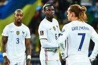 ポグバ(中央)やグリエーズマン(右)らタレントを揃えながらも勝ちきれないフランス代表に批判の声が高まっている。(C)Getty Images