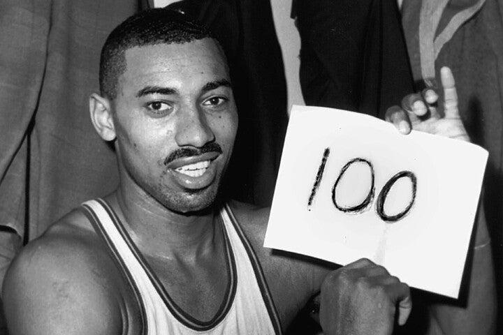 """未来永劫語り継がれるであろう、チェンバレンの""""100点ゲーム""""。その偉業は、いくつかの条件が重なったことで達成された。(C)Getty Images"""