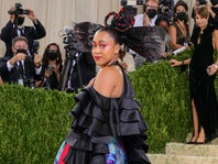 ファッションイベントに奇抜なファッションで姿を現した大坂なおみ。そのユニークなデザインが話題を呼んでいる。(C)Getty Images