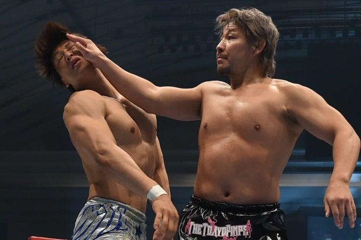 かつては一緒に組んでいたことのある飯伏(左)に裕二郎(右)は堂々と対峙。あの手この手で翻弄した。(C)新日本プロレス