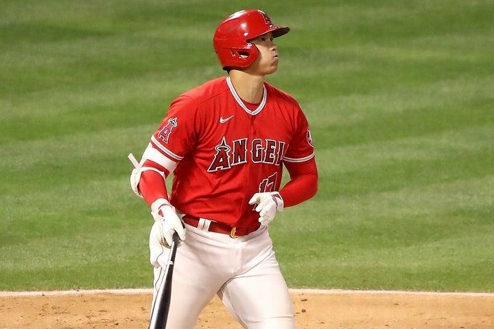打った直後に本塁打を確信し、一塁へと歩き出した大谷。その驚愕打が大きな反響を呼んでいる。(C)Getty Images