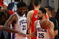 エンビード(左)はシモンズ(右)について「彼が戻ってくることを願っている」とチーム復帰を歓迎した。(C)Getty Images