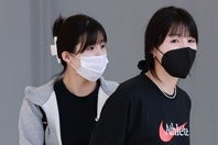 韓国の空港では伏し目がちだったイ・ジェヨン(左)&ダヨン(右)。ギリシャ到着後は終始笑顔を振りまいた。(C)AFLO